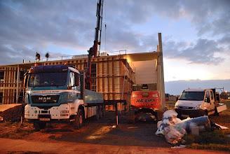 Photo: 08-11-2012 © ervanofoto Ondanks dat het stevig begint te schemeren gaan de werken gewoon door. Nu het dak van het gebouw dicht ligt, is het de beurt om de doorgang naar de magazijnpoort aan te pakken. Ook dit werk is al half klaar.