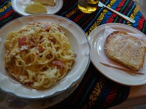 Photo: Špagety carbonara. Že bych z toho byl odvázanej, to teda ne. Ale aspoň toho bylo hodně.