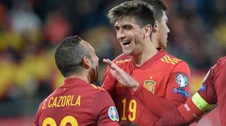 Gerard Moreno celebra con Santi Cazorla uno de sus goles.