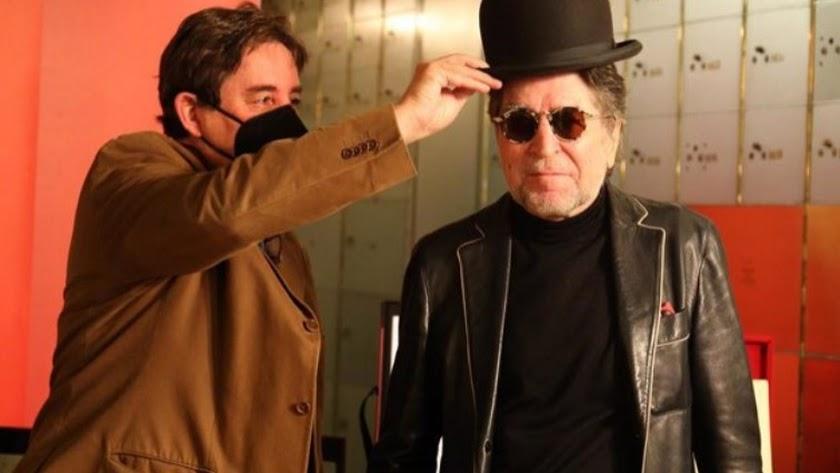 El director del Instituto Cervantes, Luis García Montero, le coloca un sombrero a Joaquín Sabina.