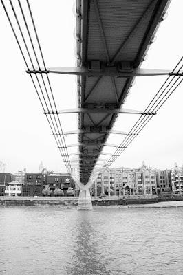 1996 Inizia la costruzione del millennium bridge di carracate