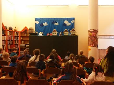 Verseghy Könyvtár bábelőadást látogató gyerekek