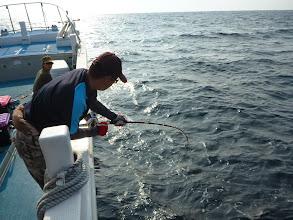 """Photo: 気分をかえて、泳がせ釣り。 すぐさま""""ナカシマさん""""にヒーット!"""