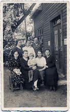 """Photo: Pirmoje eilėje iš kairės: Salytė Ona, Salienė Petronėlė (dėdės Aleksandro žmona), ant kelių dukra Adelė, nežinoma, Salienės Petronėlės sesuo. Užrašai ant sienos """"Stalius A. Salys"""", """"Siuvėja P. Salienė"""". Kretinga"""