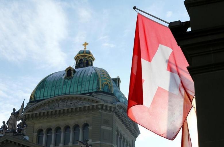 Uma bandeira suíça é retratada  Energias Renováveis