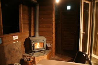Photo: 夜は暖炉の火のゆらめきを楽しんでください。