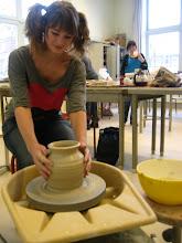 Photo: Pottenbakken met behulp van de draaischijf - leuke kinder cursus bij FluXus Beeldende kunst