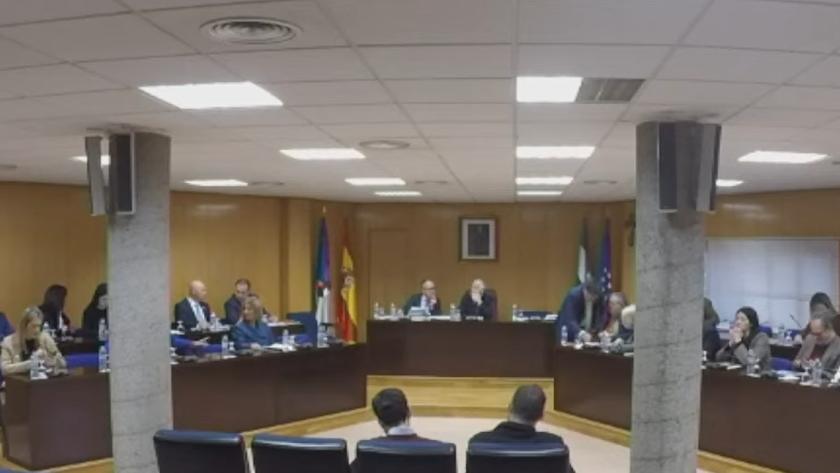 El único concejal de Vox, a la izquierda, en una esquina de la bancada del Pleno de Roquetas..