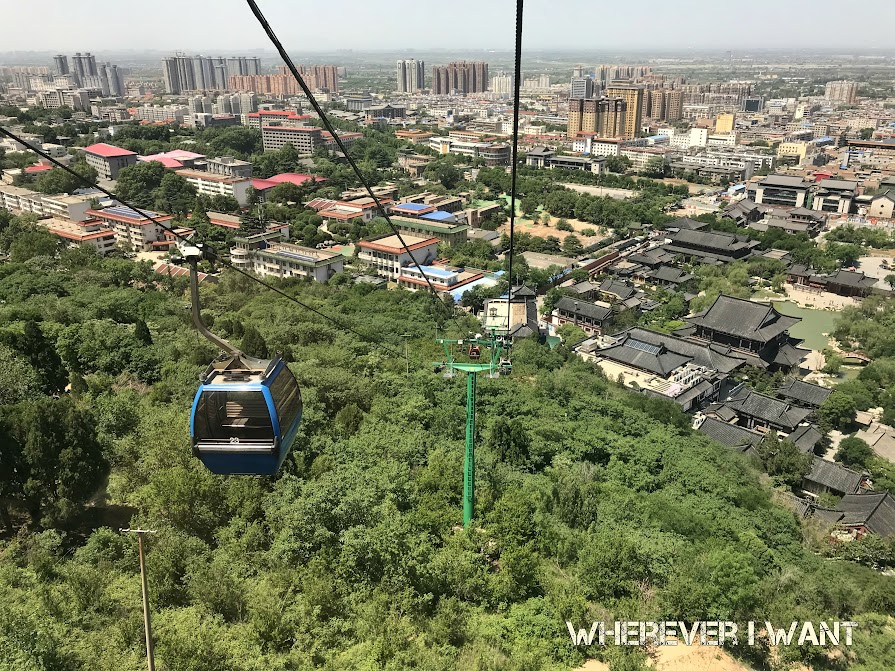 Ilustrasi naik kereta gantung di Lishan