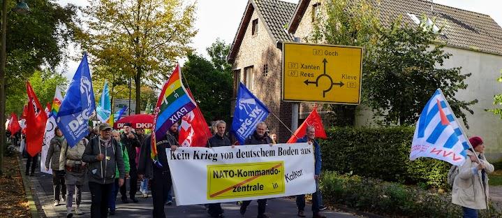 Demo mit Fahnen und Plakat: «Kein Krieg von deutschem Boden aus. Kalkar».