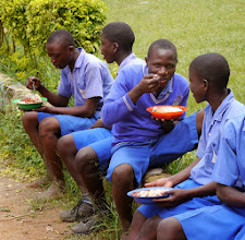 Photo: Primary students eating lunch