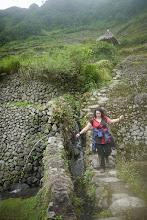 Photo: Nausicaa arpentant les rizières séculaires de Batad.