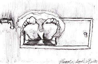 Photo: 遞物口的腳丫2012.04.29鋼筆 收容人在舍房運動是被禁止的,或許是因為舍房空間狹小,怕因肢體碰觸發生衝突,但許多收容人還是冒著被扣分的危險在舍房裡運動,像圖裡這樣墊個毛巾將腳丫伸出遞物口做仰臥起坐,而我總是睜一隻眼閉一隻眼,畢竟他們一週的運動時間才一兩小時,在我看來不讓他們發泄一下體力怎行?把別人當沙包不是更糟嗎?