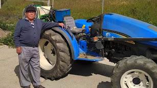 Alfredo Venteo y su tractor, contra el coronavirus.