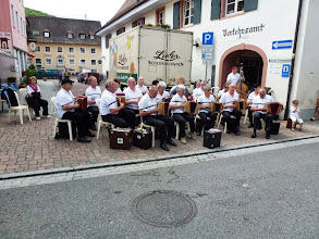 Photo: Platzkonzert mitten in Kandern