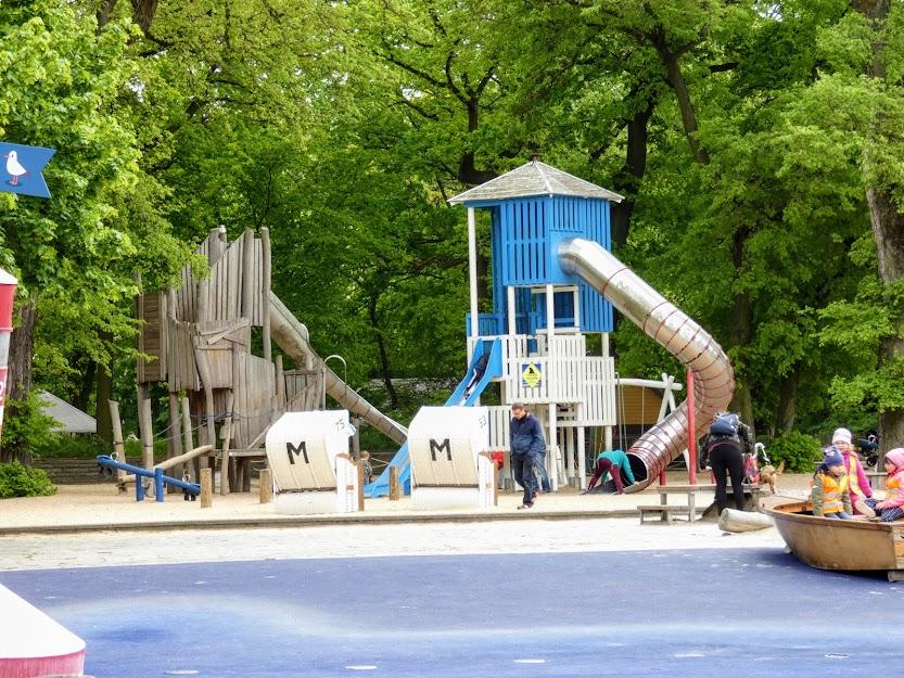 Plac zabaw, który latem zamienia się basen