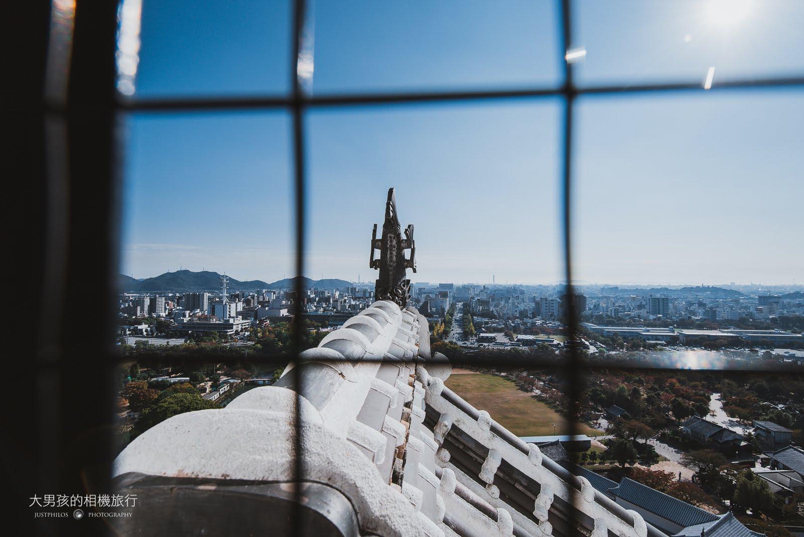 好不容易登上天守閣最頂端,透過天守閣看出去的姬路市景。