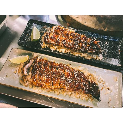 基隆第1家炭烤店「富哥燒烤‧日式串燒」,營業30年來,對於燒烤的堅持,始終如一。燒烤出炭香四溢的美食,吸引顧客一再上門,客群遍及台北、基隆。
