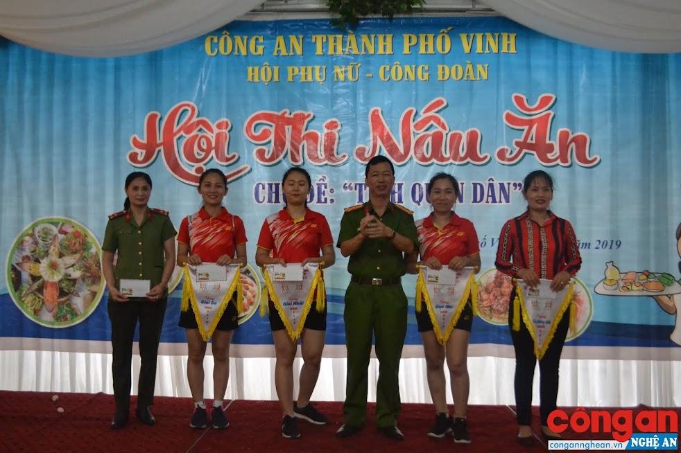 Trung tá Nguyễn Hữu Cường, Phó Trưởng Công an TP Vinh trao giải cho các đội tham gia Hội thi kéo co