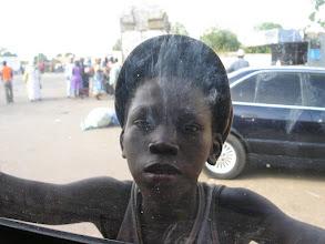 Photo: Granica Gambijsko-Senegalska - chłopiec natrętny jak mucha, nie chce odejść od samochodu