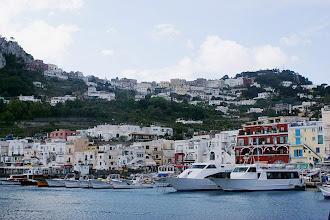 Photo: Capri Italien Marina Grande Fährschiffe und Schnellboote schiffen die Tagesbesucher zur Insel. Der malerische Hafen Marina Grande nimmt die Gäste in Empfang.