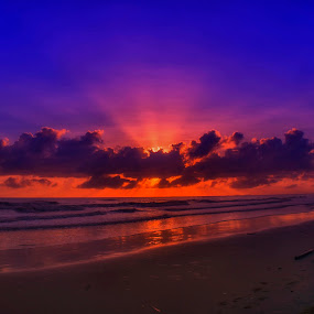 Sunrise over an ocean by Zam Foto - Landscapes Sunsets & Sunrises ( ray, sky, red, blue, wave, sea, cloud, ocean, sunrise, beach, sun )