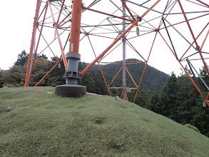 鉄塔の先に小山