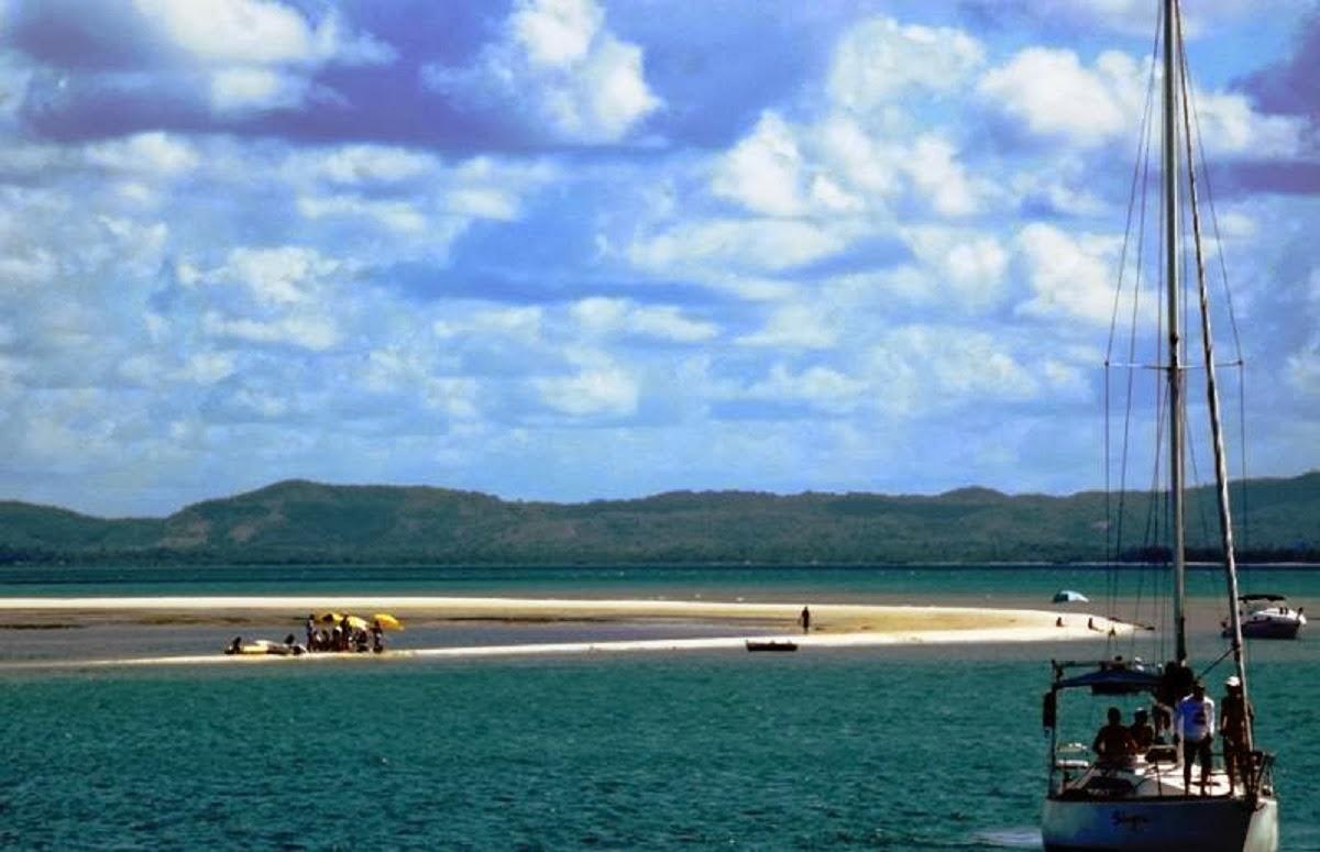 Photo: Praia coroa do limo como é conhecida, está bem em frente ao cais de Itaparica. Só é possível  frequentar esta praia com maré baixa.