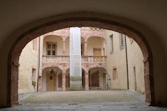Photo: J33 : St Alban sur Limagnole, cour du château