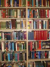 Photo: Domingo de libros, domingo de Ruta Librera  Hoy viajamos a Estados Unidos, a Provo, en Utah a conocer Pioneer Book         Dicen que no debemos juzgar un libro por su cubierta, pero esta librería ha decidido apostar por lo contrario. Al atractivo que supone entrar en una librería llena de historias le ha sumado un edificio, cuya fachada ha sido convertida en una enorme estantería llena de libros, de forma que es imposible no mirar si uno pasa por allí. En estos estantes veremos títulos como Los miserables, Hamlet o El Señor de los Anillos y nos dan un buen anticipo de lo que podremos encontrar en su interior. De este modo, y tras haber permanecido cerrada durante tres años, Pioneer ha vuelto al mercado de las librerías con una oferta que incluye libros nuevos, usados, zona de niños y una sale de conferencias a la que da uso con mucha frecuencia.      Por supuesto, también nos ayudan a encontrar esas rarezas que nos gustan a los lectores empedernidos o coleccionistas, Y si tenemos cualquier duda no tenemos más que preguntar, es un placer tanto el trato que recibimos como la vista de miles de libros esperando a ser leídos. Y por supuesto, la foto delante de la preciosa fachada no puede faltarnos.      Hoy.... seamos un poco vanidosos y juzguemos la cubierta.       Fotografías vía: http://www.heraldextra.com