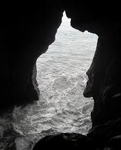 Photo: Atlantti vyöryy voimalla rannan luolaan