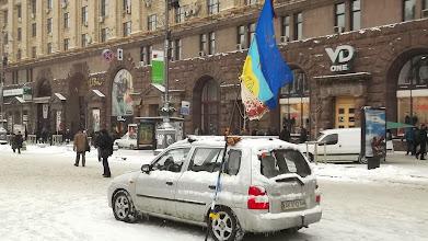Photo: одиноке авто посеред Хрещатика, у котрому спить боєць. а авто, між іншим, з Криму
