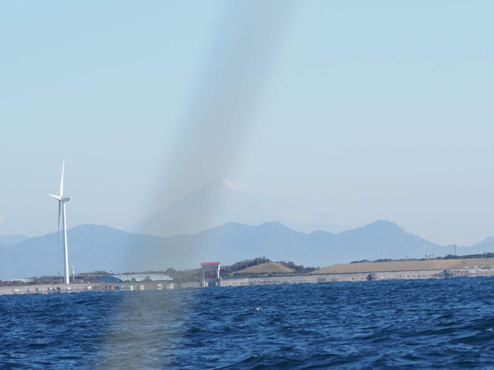 駿河湾から富士山を眺める
