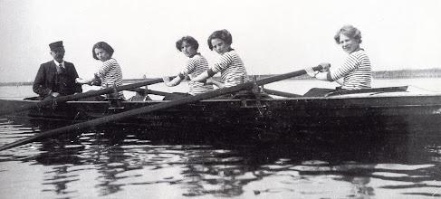Photo: 1909-1915 Odense Roklubs damer på rotur sandsynligvis i Odense Fjord.