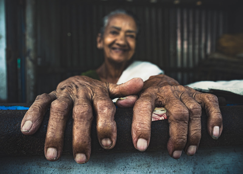 Her hands tell about her life di Marco Tagliarino