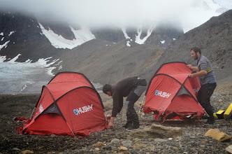 Photo: Montage des tentes pour un camp de base à terre. Je vous laisse noter le plafond nuageux en arrière plan !