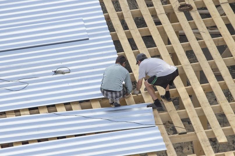 Montaż blachy dachowej