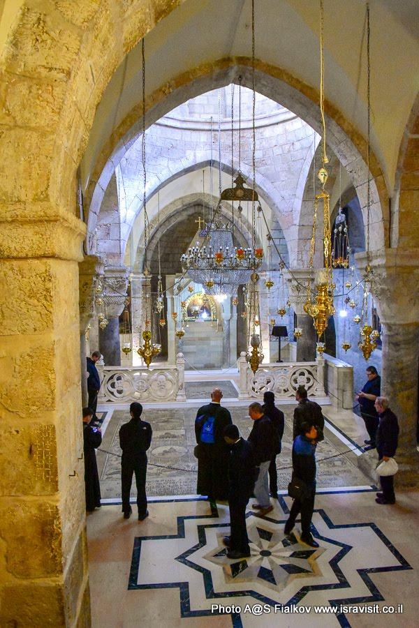 Придел обретения Животворящего Креста. Армянский придел Храма Гроба Господня. Иерусалим.