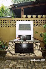 Photo: Tugu peringatan atas tewasnya 34 prajurit Tentara Dai Nippon (Jepang) pada Perang Dunia II di Makassar setelah akhir Perang Dunia II di Makassar. Tugu ini terletak di Tello Baru, Kelurahan Panaikang, Makassar. Salah satu prajurit yang tewas adalah Mr Noboru Doi, dieksekusi pada tanggal 30 Oktober 1947 di Makassar oleh Pengadilan Militer Belanda, Lihat Sejarah Kota Makassar : http://nurkasim49.blogspot.jp/2011/12/iv.html