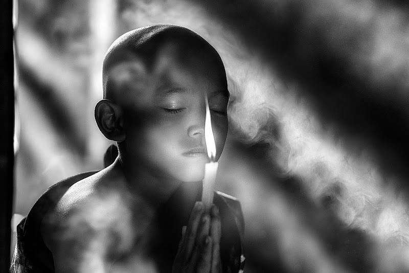 E' all'alba la prima preghiera dei piccoli monaci. di Sergio Pandolfini