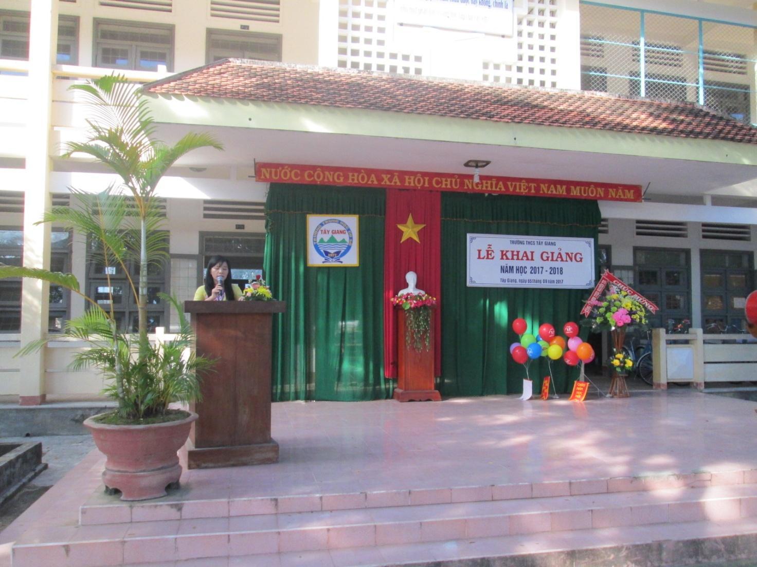 Cô Nguyễn Thị Trung Hiếu – Bí thư Chi bộ, Hiệu trưởng nhà trường đọc diễn văn khai mạc.