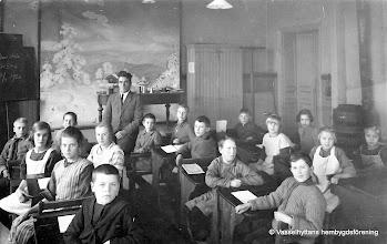 Photo: Skolan 1926 läsår 5-6. Längst fram fr v: Kalle Salholm, Elsa Andersson Vretstorp, Hilma Jansson Heden, Valdemar Persson Östra Gården, Tora Persson, Holger Johansson, Uno Larsson