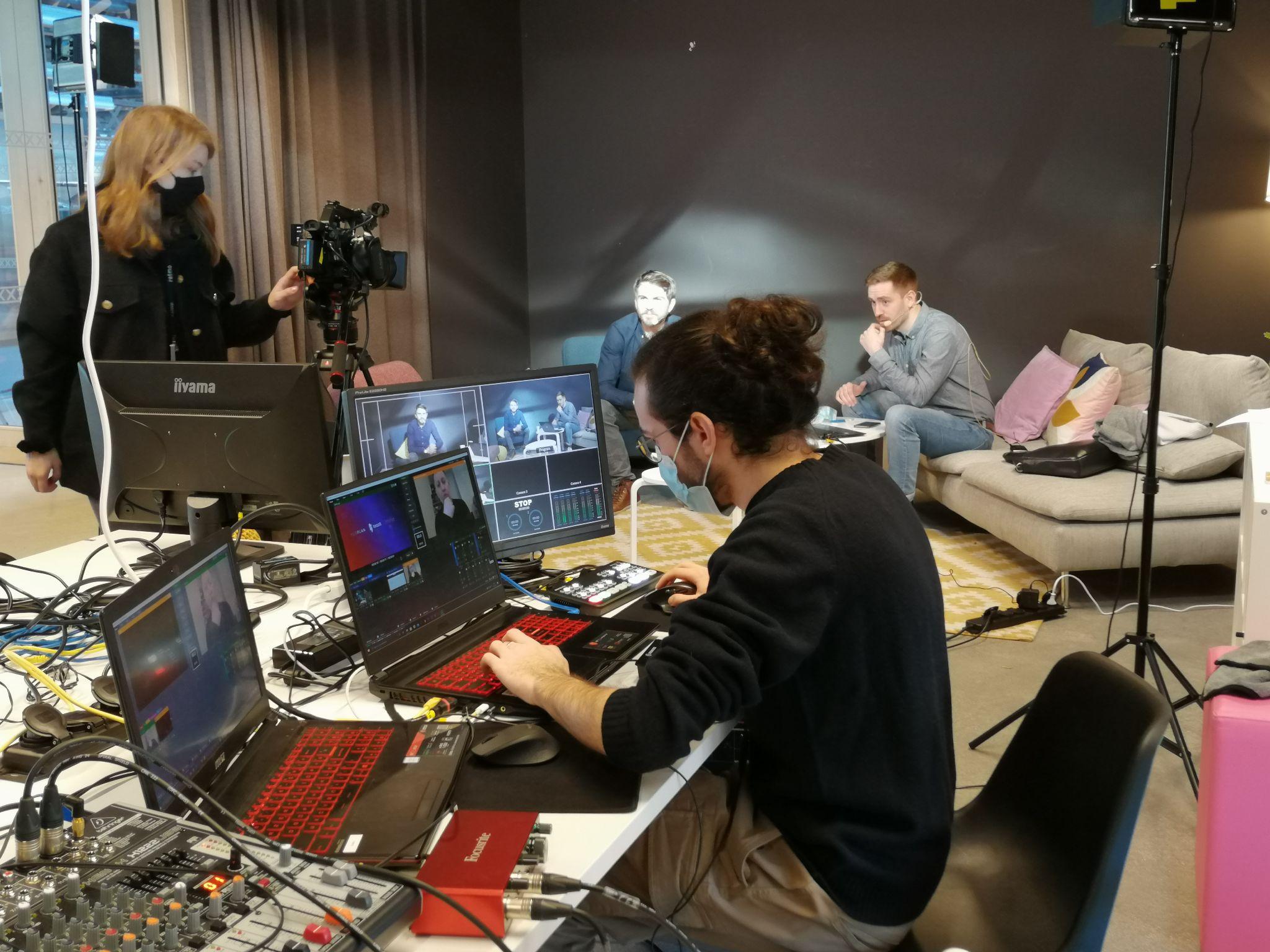 photo lors du tournage d'un webinaire Yurplan. Table de mixage au premier plan, caméra et interview de 2 personnes en fond.