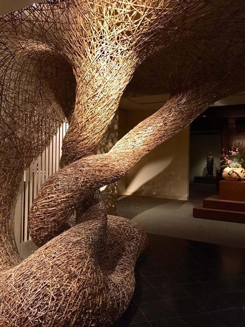 Instalaciones de bambú reciclado se entrelazan en configuraciones específicas por Tanabe Chikuunsai IV