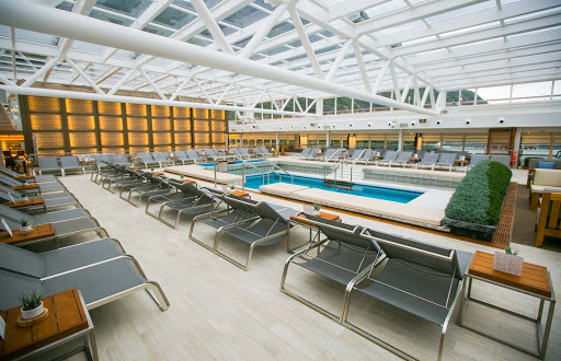 Viking-Sun-pool-1.jpg - Head for a comfortable dip in the pool in the enclosed Wintergarden of Viking Sun.
