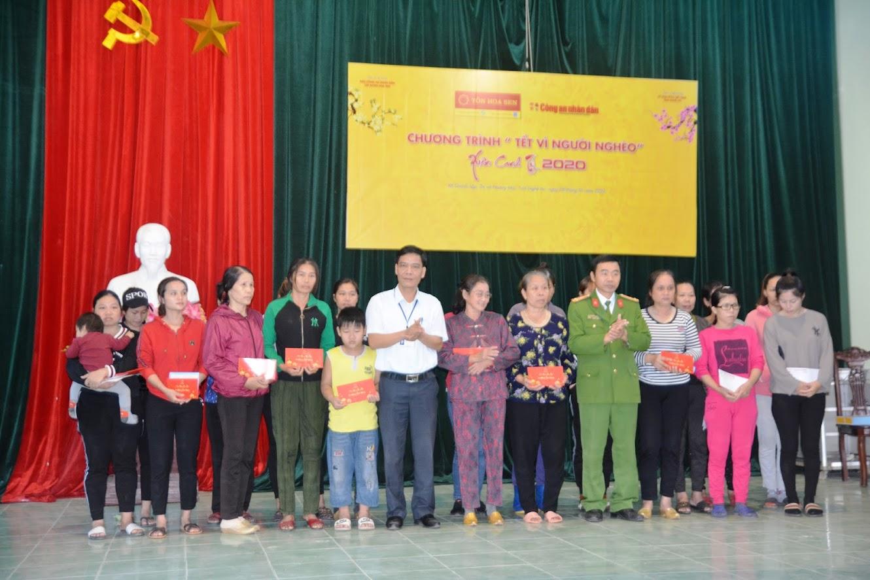 Công an thị xã Hoàng Mai và lãnh đạo xã Quỳnh Lập trao các suất quà cho các hộ nghèo và cận nghèo.
