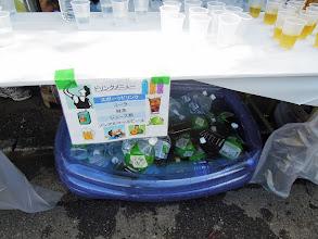 Photo: ドリンクメニューも表示、テーブルの下にはドリンクがどぶづけプールで冷えている。テーブルの上にはコップに入った飲み物が並ぶ。