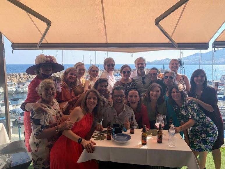Amigos y familiares en la boda.