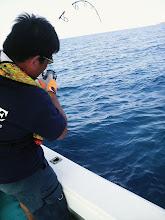Photo: 初乗船の江崎さんにヒット! その前バラしてるから慎重にね!・・・その後ろでも!