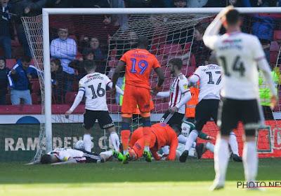 Verdediger van Sheffield United denkt even dat hij de doelman is en redt de bal op de lijn